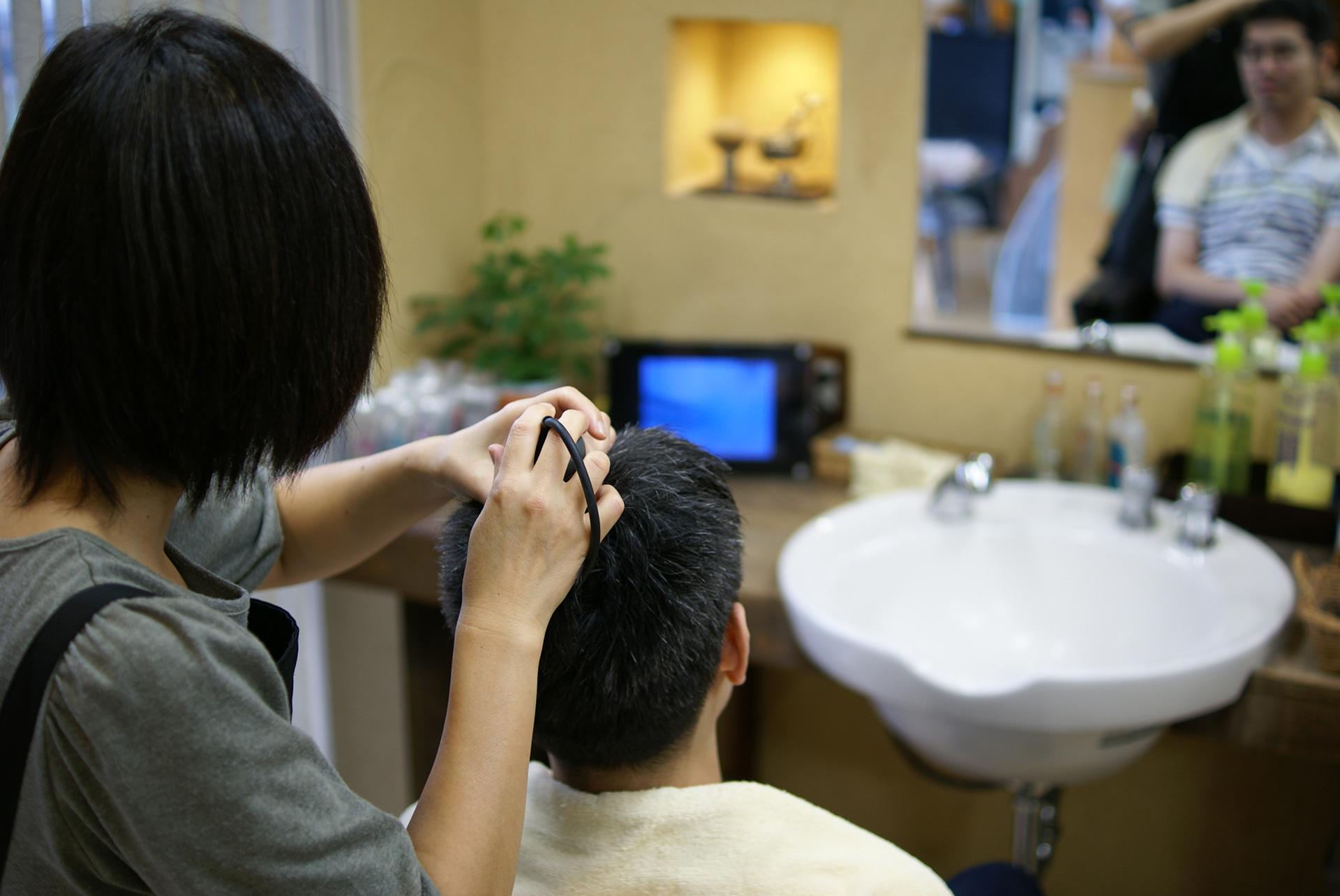 マイクロスコープによる毛根や頭皮の確認の様子
